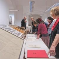 Besuch bei Prof. Dietmar Nieschler, HfBK / Fachsimpeln an Hand von originalgrafischen Büchern